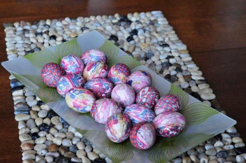 Barwienie jajek jedwabnym krawatem